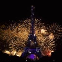 Feux d'artifice du 14 Juillet, fête national Française à Paris sur la tour Eiffel
