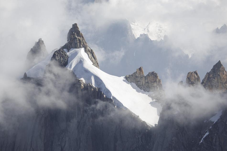 2016, en montagne... Côtoyer ce monde fait d'arête, d'aiguille ou de crête, tutoyant les cieux, n'hésitant pas à percer les nuages. Cimes de Haute Savoie, qui se parent de mille couleurs au fil des journées.