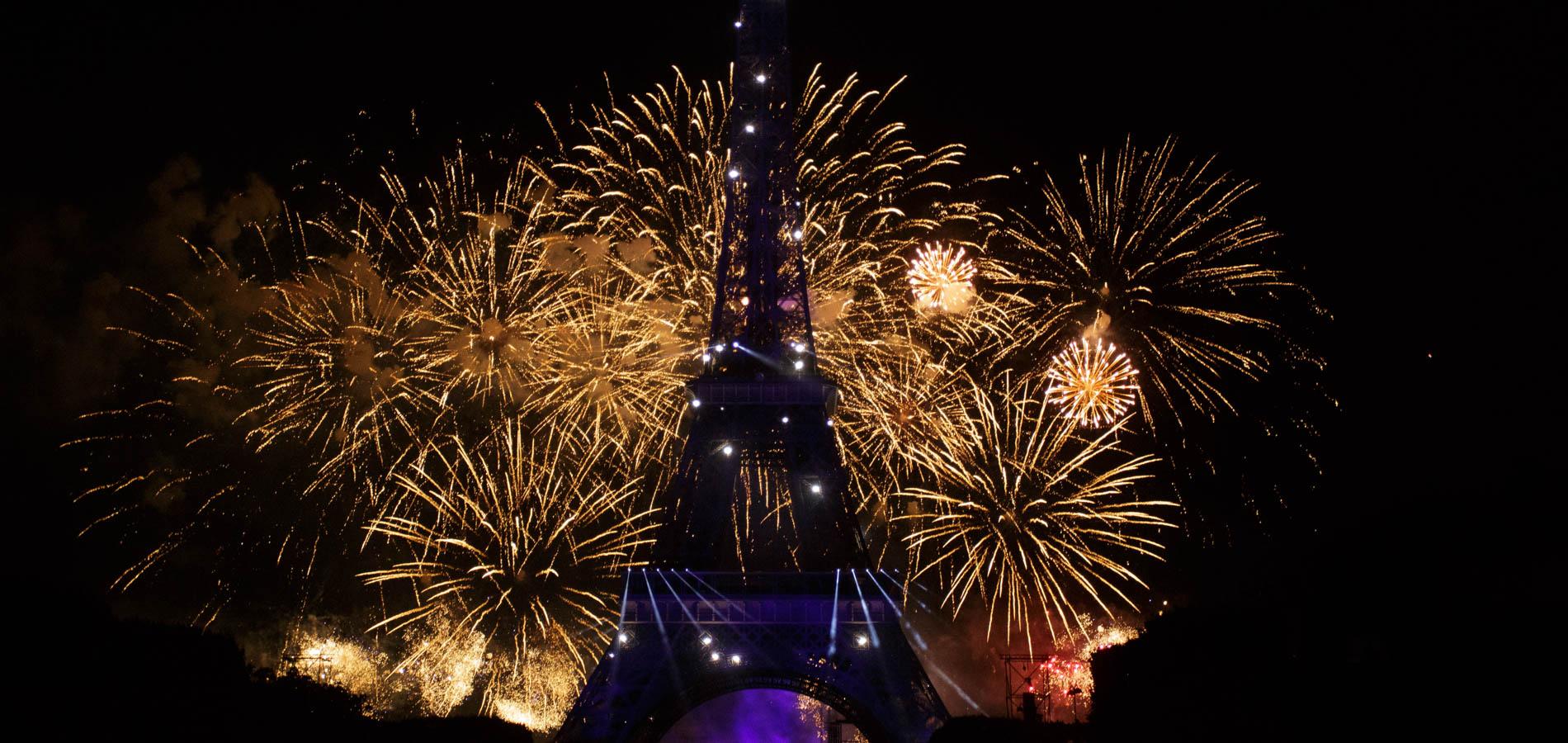 Quand la dame de fer s'illumine de mille feux pour la fête national Française du 14 Juillet.