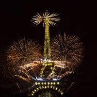Feux d'artifice du 14 Juillet sur la tour Eiffel à Paris